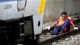 مردی که با دندان قطار جابجا می کند