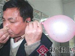 مردی که با گوشهایش بادکنک باد می کند