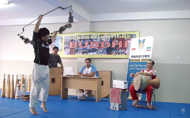 تشکر از مربی ورزشی آموزش زورخانه در پرجمعیت ترین کشور مسلمان جهان ( عکس)