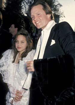 عکس آنجلینا جولی در زمان کودکی در کنار پدرش