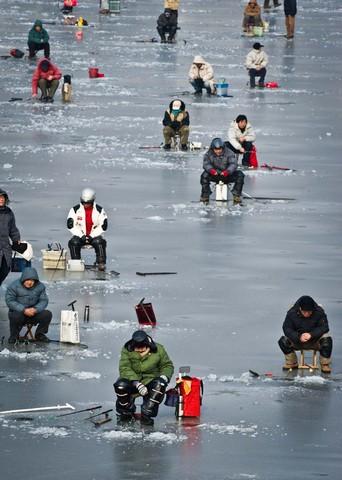 ماهیگیری از دریاچه ای یخ زده