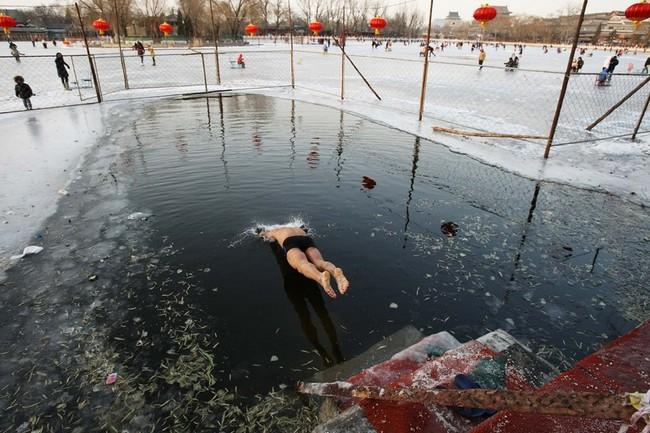 شنا در آب یخ زده