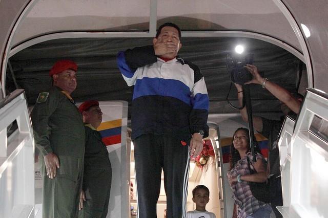 هوگو چاوز در حال خداحافظی از ونزوئلا