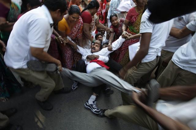 پلیس در حال دستگیری معترضان