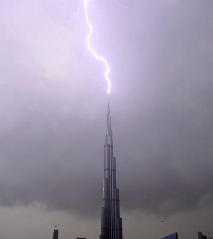 رعد و برق بر فراز برج خلیفه