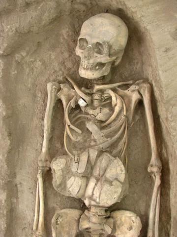 کشف 25 گور هزار ساله
