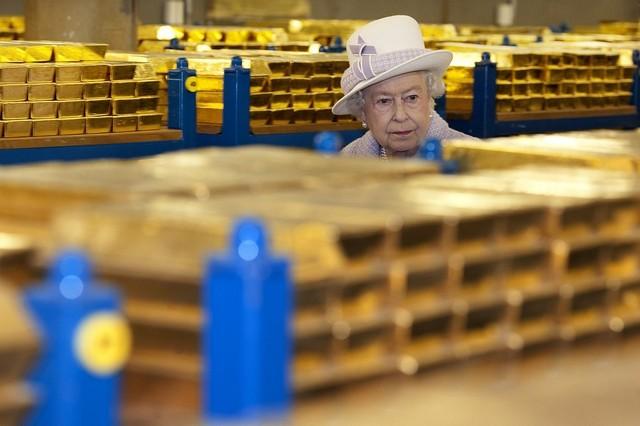 بازدید ملکه بریتانیا از خزانه طلای بانک
