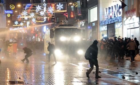 تظاهرات دوباره در شهرهای ترکیه علیه فساد مالی بزرگ(+عکس)