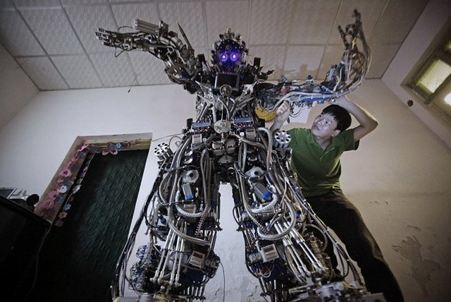 ...(Tao Xiangli) потратил почти 25 тыс. долларов США и более 11 месяцев своей жизни, чтобы сделать робота.