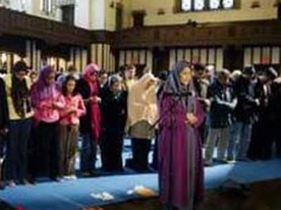 نماز جماعت به امامت یک زن (عکس)