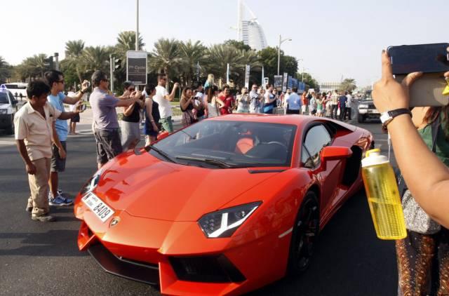 رالی خودروهای لوکس در خیابان های دبی(+عکس)