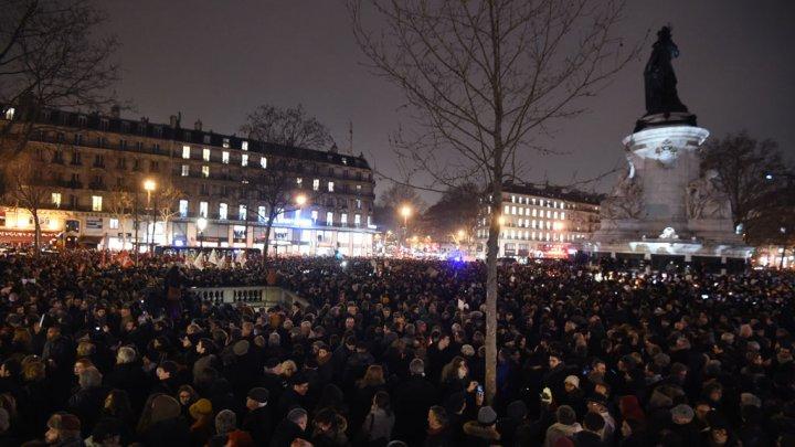 حمله مسلحانه به دفتر نشریه طنز در پاریس با 12 کشته: کاریکاتور البغدادی؛ علت احتمالی حمله/ 4 کاریکاتوریست باسابقه کشته شدند/ انتشار اسامی و تصاویر مهاجمان/ تجمع مردم در مقابل دفتر نشریه/ فرانسه عزای عمومی اعلام کرد (+عکس)