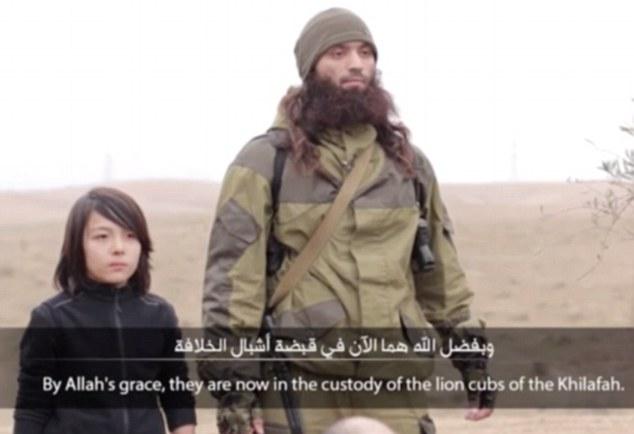 اعدام دو جاسوس روس از سوی پسر بچه 10 ساله داعشی (+عکس)