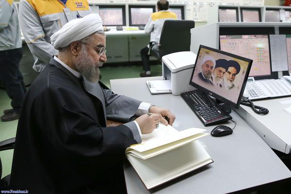 عکس جالب از حضور روحانی در نیروگاه بوشهر