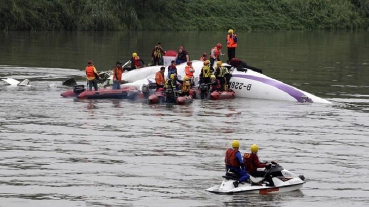 سقوط هواپیمای مسافری در تایوان (+تصاویر لحظه سقوط)