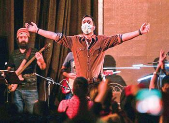 واکنش خواننده پاپ به توفان خاک اهواز (+عکس)
