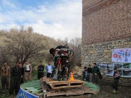 جوان مریوانی قلیان های مغازه خود را آتش زد (+عکس)