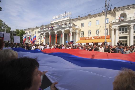 استقبال فاتحانه از پوتین در کریمه(+عکس)
