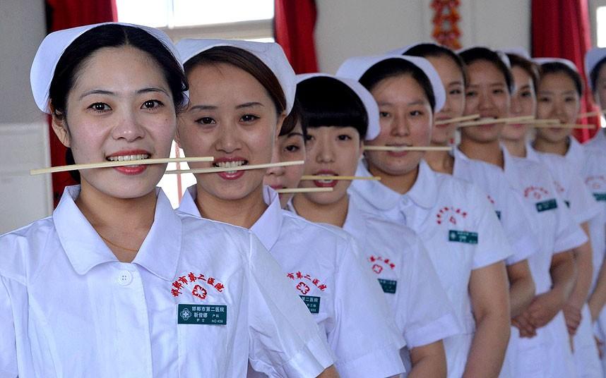 روش جالب آموزش لبخند به پرستاران چینی (+عکس)
