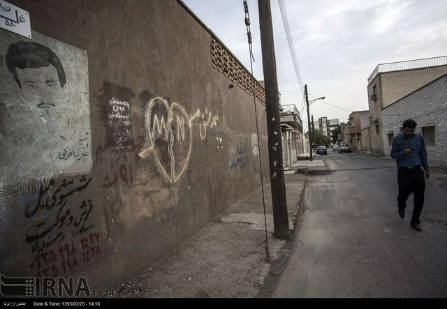 پدران شهید در قاب دیوارهای شهر (عکس)