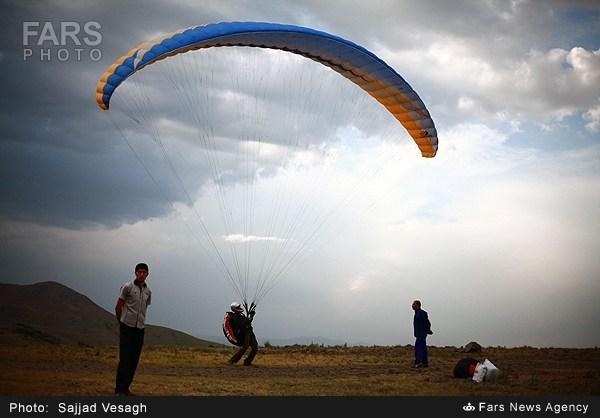 تمرینات پاراگلایدر در ارتفاعات همدان (عکس)