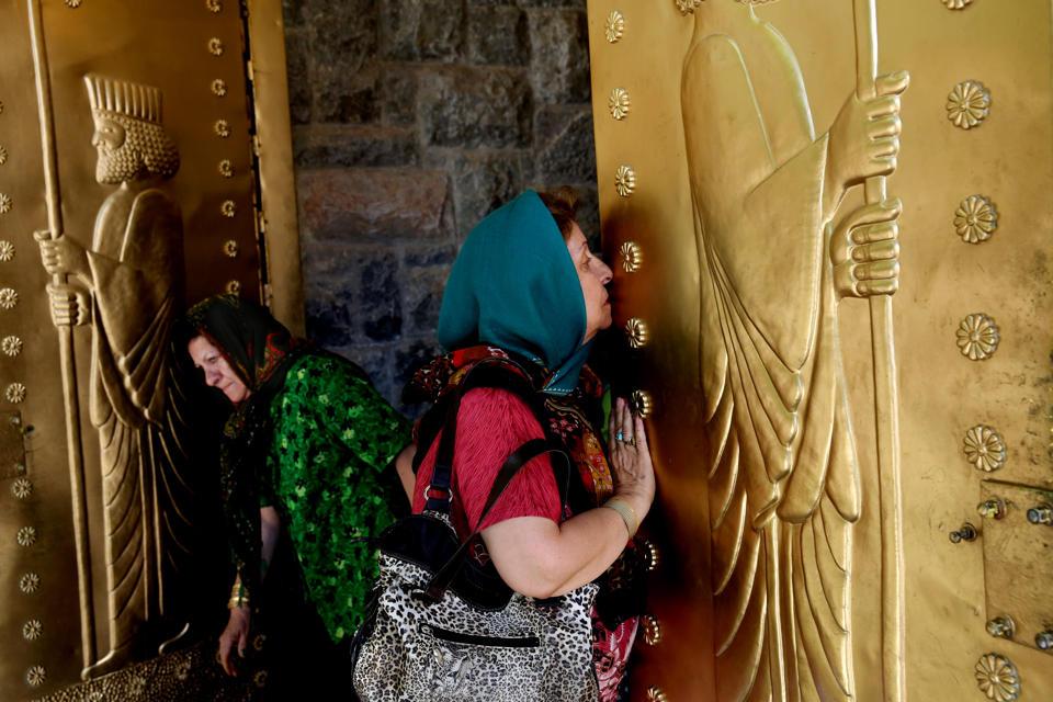 مراسم عبادت زرتشتیان در دل کوه (+عکس)