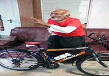 دوچرخه سوار 84 ساله خراسانی عازم مرقد امام شد (+عکس)