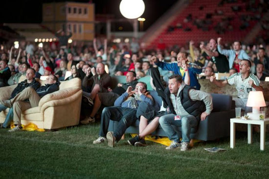 سیزده به در فوتبالی با کاناپه! (عکس)