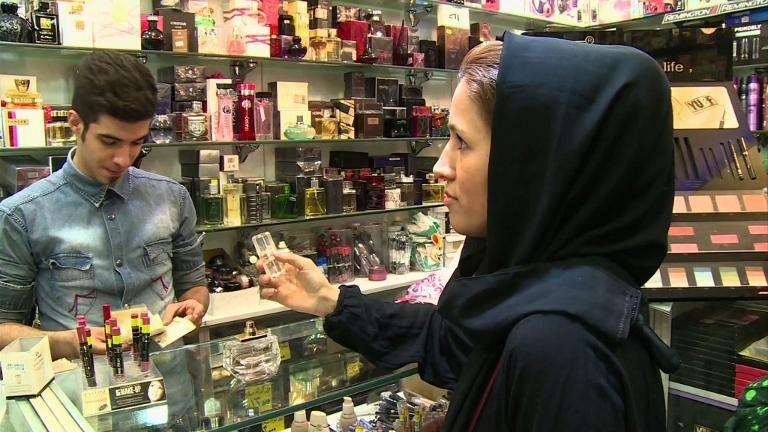 گزارشی از سنت آرایش زنان ایرانی: از خواب که بیدار می شوند جلوی آیینه می ایستند