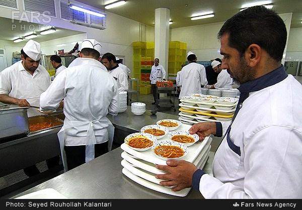 سفره افطاری ماه رمضان در حرم حضرت معصومه (عکس)