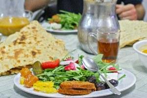 سفره افطار شما چند کالری دارد؟در ماه مبارک رمضان، با نزدیک شدن به وقت افطار، موضوعی که فکر بیشتر خانمهای خانه را به خود مشغول میکند، این است که برای این وعده چه غذایی را آماده کنند.