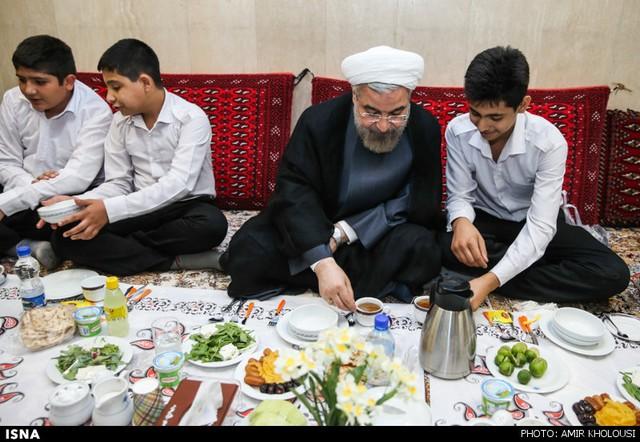 مراسم افطار در جمع ایتام (ع )