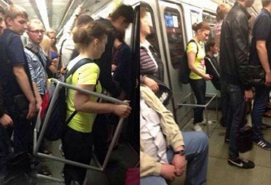 محافظ عجیب یک خانم در مترو! (عکس)
