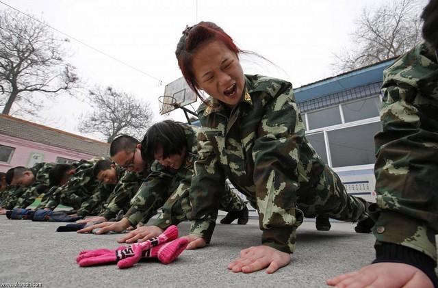 اردوی ترک اعتیاد اینترنت در چین (عکس)