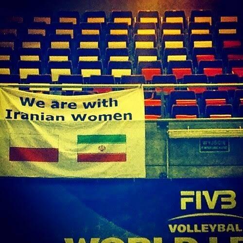 نوشته ای که لهستانی ها درباره ایران به استادیوم آورده بودند (عکس)