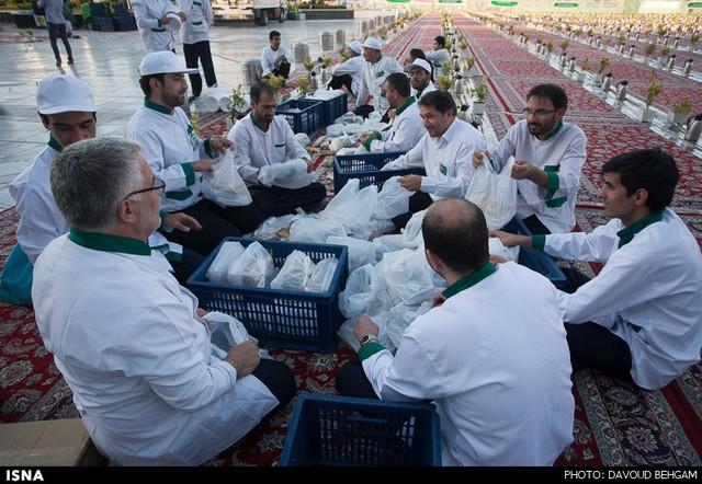 مراسم افطاری در حرم امام رضا (عکس)