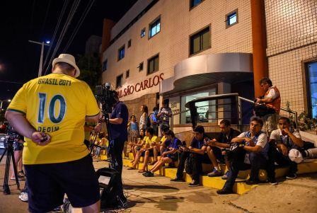 هواداران نیمار مقابل بیمارستان محل بستری (عکس)