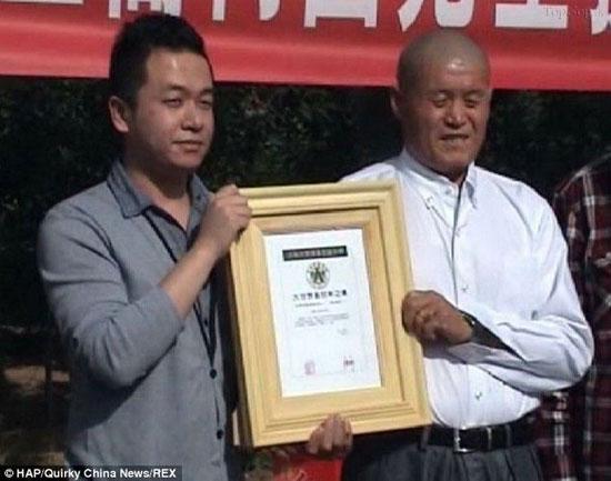 326 هزار زنبور روی تن یک چینی (عکس)