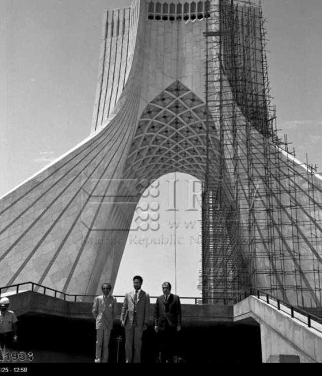 عکس یادگاری با برج آزادی در سال 51 (عکس)