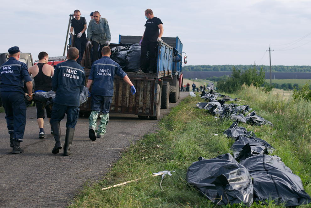 جمع آوری اجساد قربانیان هواپیمای مالزی (عکس)