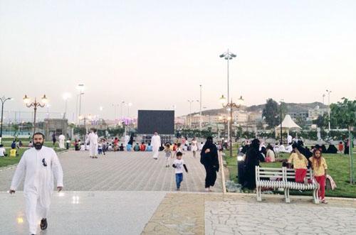 عربستان: جنجال جمع آوری نمایشگر پخش جام جهانی به بهانه اختلاط دختران و پسران