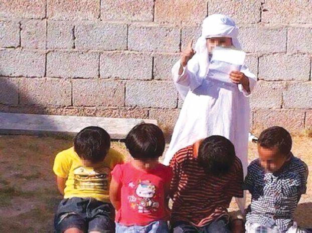 تقلید کودکان عربستان سعودی از سر بریدن داعش (+عکس)