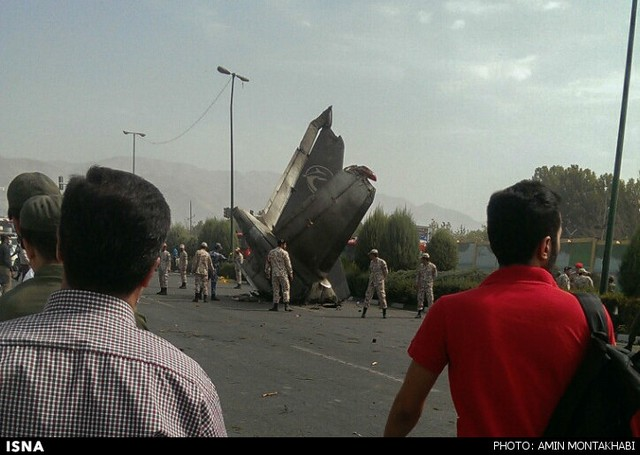 سقوط یک فروند هواپیما در شهرک آزادی تهران(عکس)