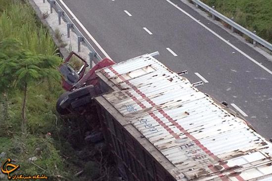 کامیون حمل خودرو پورشه چپ کرد (+عکس)