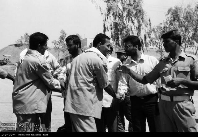بازگشت نخستین گروه آزادگان به میهن - سال 69 (عکس)