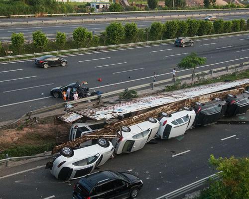 چپ شدن کامیون حمل ماشین های پورشه و بنز و BMW (عکس)