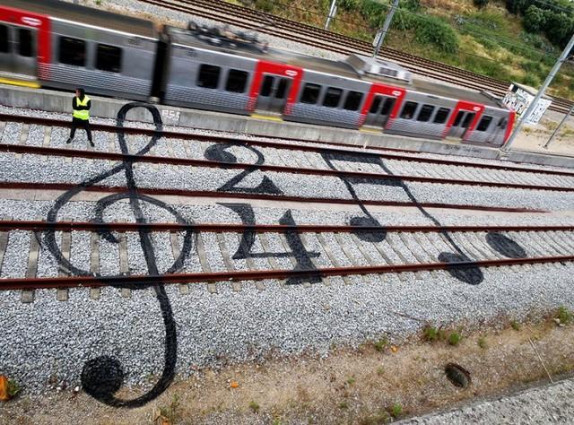 نقاشی روی ریل قطار (عکس)
