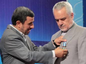 محمدرضا رحیمی در حال گرفتن نشان درجه یک