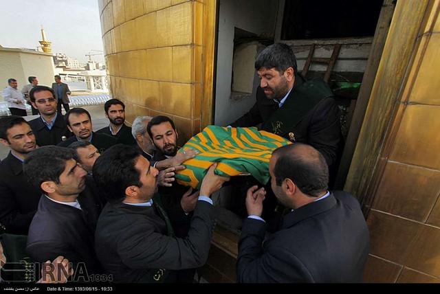 تعویض پرچم گنبد حرم مطهر رضوی (عکس)