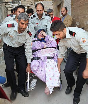 انتقال زن 160 کیلویی از طبقه سوم(+عکس)